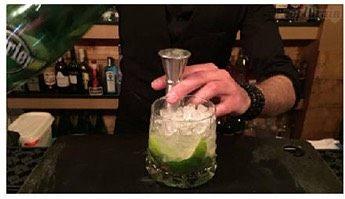 莫吉托,将巴黎水(或苏打水)倒入杯中加满
