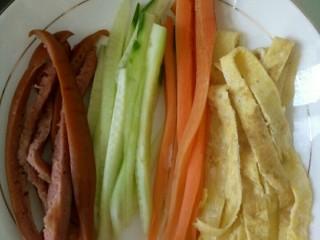简单寿司,把黄瓜,胡萝卜,鸡蛋饼,香肠切成细条。