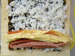 简单寿司,材料铺上,可以多点。