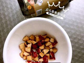 雪梨百合糯米粥,红枣切成颗粒