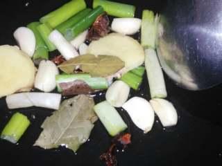 鸿运当頭#四喜丸子#(创建于28/元~2017),起锅,放少许油,炒香桂皮、八角、香叶、葱姜。