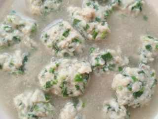 鲅鱼丸子汤,丸子熟了出锅,可以撒点香菜提味,今天家里没有,真的好鲜。