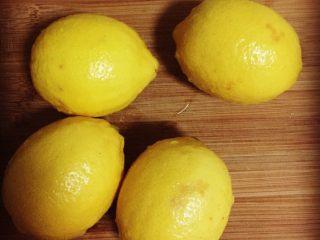 柠檬膏,我大概泡了两个小时 因为在做饭 做完饭才抽出时间开始清洗 清洗的时候我每个柠檬上面又撒了一些盐搓洗 清洗完毕 开始切柠檬啦……