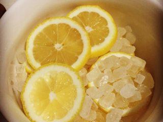 柠檬膏,<a style='color:red;display:inline-block;' href='/shicai/ 866/'>冰糖</a>的话 用黄冰糖最好 但春节放假 很多地方没有开门 超市没有卖黄冰糖的 所以这次使用白冰糖代替 把柠檬切片 铺在碗底一层 然后放一层冰糖 不要加水不要加水不要加水 重要的事情说三遍…