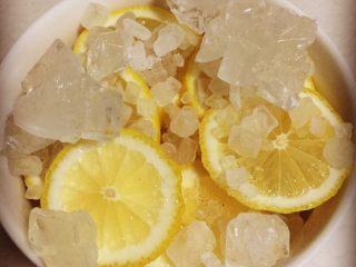 柠檬膏,我的步骤是底层铺柠檬 然后铺一层冰糖 这样循环的放了四五层 冰糖的量我真没有算 凭感觉吧 哈哈哈