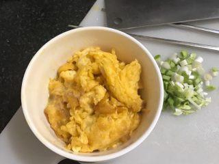蒜香洋葱炒鸡蛋,煎好的鸡蛋盛盘