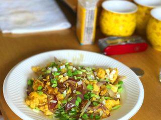 蒜香洋葱炒鸡蛋,关火盛盘即可享用美味