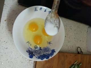 鸡蛋煎馒头片,鸡蛋打入碗中放入适量盐搅拌均匀。