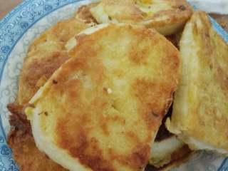 鸡蛋煎馒头片,煎至两面金黄色即可出锅。