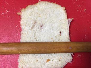 黄金吐司卷,准备好四片吐司,我是自己做的,大家也可以买现成的,吐司厚的话要用擀面杖擀薄。