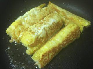 黄金吐司卷,煎到四面的焦黄了就可以了,我喜欢焦焦的赶脚,不喜欢的也可以熟了就取出。
