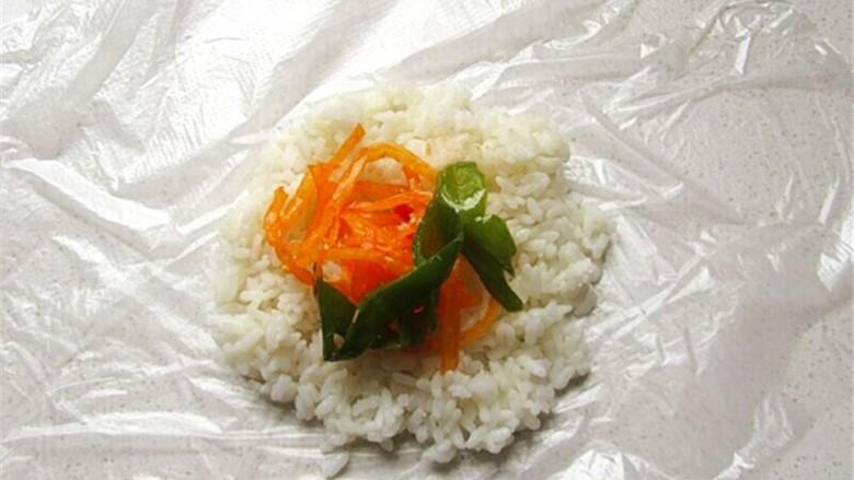 熊猫杯子减肥便当,将家常菜或咸菜夹一点放在米饭上,菜不要放得太多