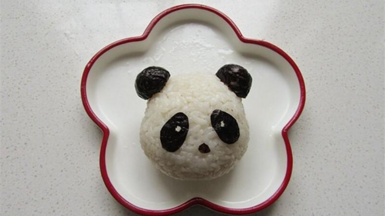 熊猫杯子减肥便当,将熊猫耳朵安在头部主体饭团上,并粘上眼睛嘴巴部分
