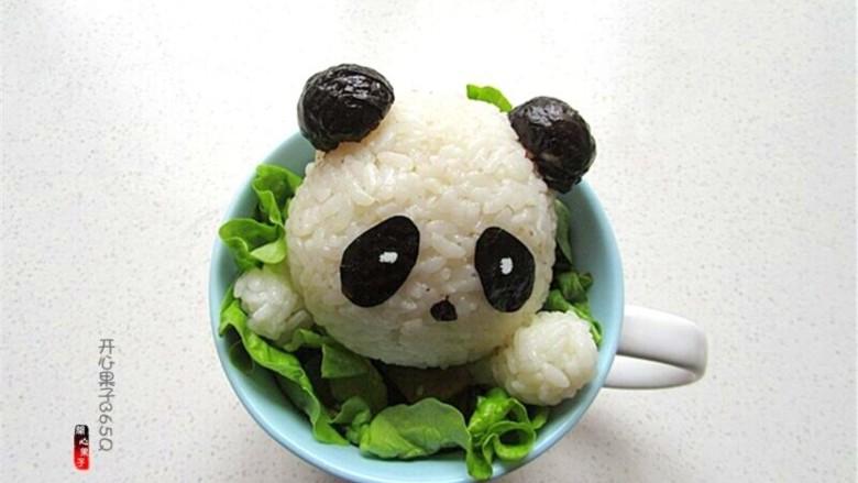 熊猫杯子减肥便当,把做好的熊猫头放在杯子上,杯子熊猫完成了