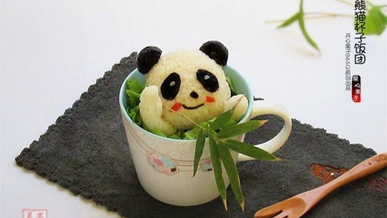熊猫杯子减肥便当,做好的熊猫脸蛋上可以用西红柿皮做粉腮,也可以用海苔继续丰富表情