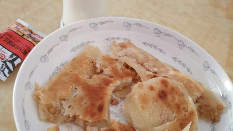 瓜子糖饼,配杯牛奶,简单的早饭搞定。
