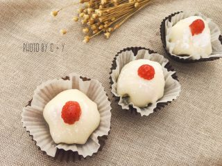 许你一个软妹子的草莓雪梅娘,放进冷冻室冷冻成型即可,一次性吃不完的话可以放进冷藏室冷藏。