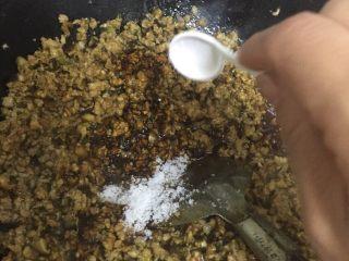 老上海糯米烧卖,倒入香菇加糖