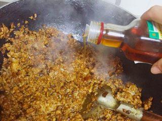 老上海糯米烧卖,出锅前倒入麻油
