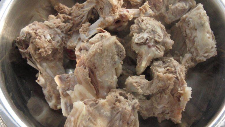 炖羊蝎子,在锅内冲洗干净,备用