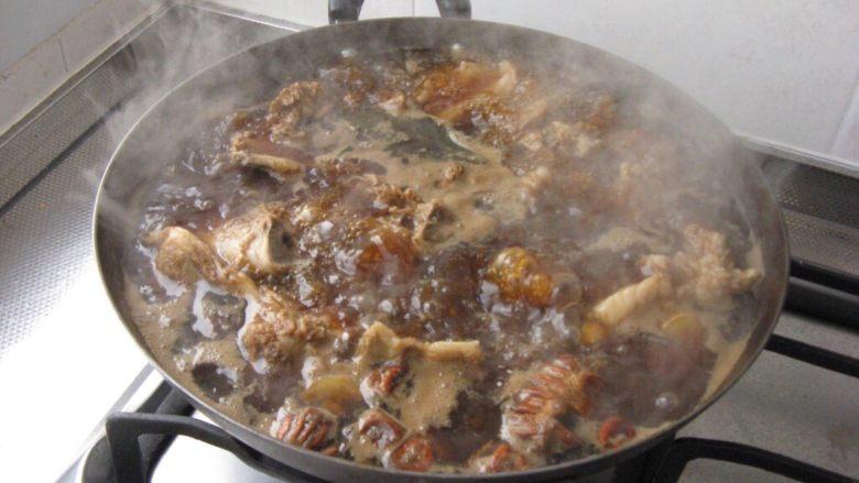 炖羊蝎子,中小火炖两个小时,出锅前放入盐。(注意不要炖的时间太长,肉如果离骨就不好吃了。)