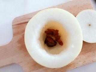 宝宝辅食:红枣蒸梨盅-12M ,放入枸杞和冰糖,冰糖可以不加。