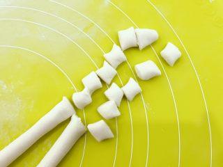 宝宝辅食:水果小圆子-36M ,搓成两个细条,然后用刀切成差不多大小的小剂子。