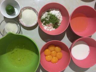 抹茶戚风蛋糕,所有材料按方子称好,蛋白和蛋黄分开,不熟练的伙伴可以像我一样用蛋清分离器,注意所以容器必须干净无油无水