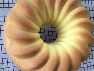 抹茶戚风蛋糕,这是原味的,还有可可味,香草味,菠菜味改天有空在上方子