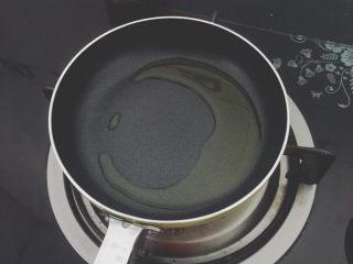 番茄鸡蛋牛肉丸拌软饭🍲🍲,小平底锅放少许橄榄油,微微热。