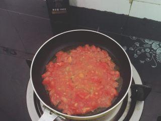 番茄鸡蛋牛肉丸拌软饭🍲🍲,倒入番茄小火煎出番茄汁。