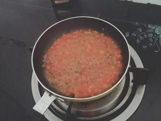 番茄鸡蛋牛肉丸拌软饭🍲🍲,加入牛肉丸末小炒一会儿,加入少量水煮滚,番茄汁沁牛肉丸。