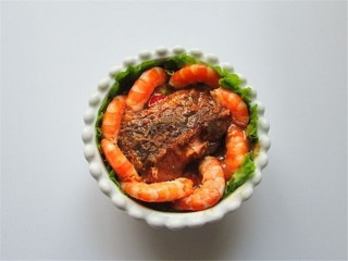 米菲兔杯子趣味餐,先将烹饪好的红烧咸鱼块和虾在杯子里码放整齐
