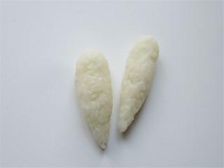 米菲兔杯子趣味餐,再取少许米饭用保鲜膜包起来揉成条做耳朵