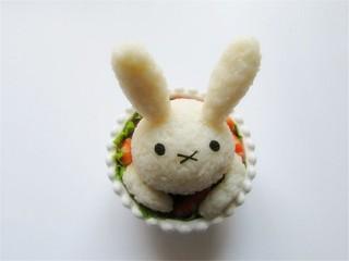 米菲兔杯子趣味餐,把耳朵插上手指饼干把耳朵固定起来,如果是成人食用,可用牙签固定,提示儿童食用禁用牙签,防止误吞