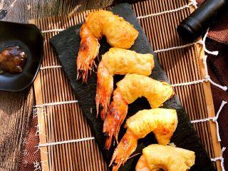 酥皮大虾,出炉装盘。