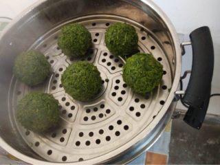野菜疙瘩,将混合好的野菜渣使劲揉搓成一个一个的球形疙瘩,稍微使点劲儿,并放置于热水锅中。蒸个大概20分钟左右,就可出锅啦