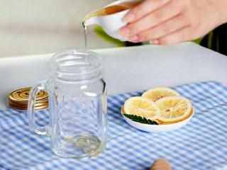 阳光满满的柠檬蜂蜜茶,在干净的无油无水的玻璃瓶瓶底倒入一层蜂蜜,充分盖满瓶底即可;