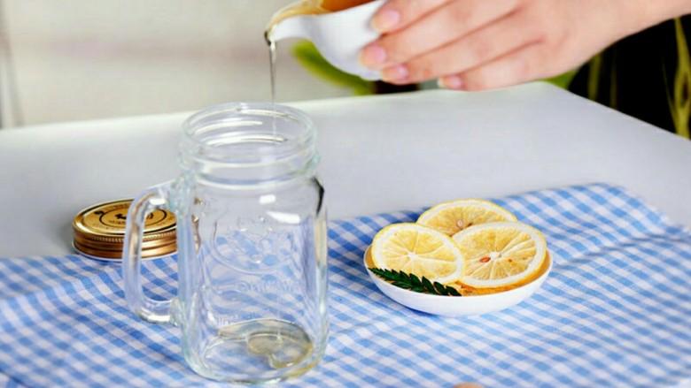 阳光满满的柠檬蜂蜜茶,在干净的无油无水的玻璃瓶瓶底倒入一层<a style='color:red;display:inline-block;' href='/shicai/ 865'>蜂蜜</a>,充分盖满瓶底即可;