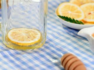 阳光满满的柠檬蜂蜜茶,在蜂蜜上放上一片冻干柠檬;