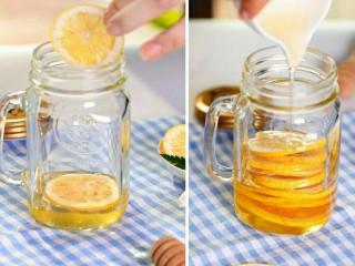 阳光满满的柠檬蜂蜜茶,再次倒入蜂蜜,完全覆盖冻干柠檬片后,再次放上冻干柠檬片,重复此步骤直至瓶子满;