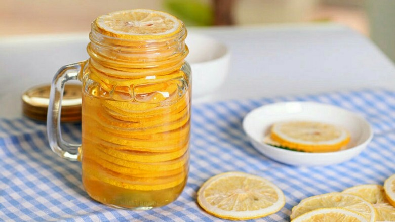 阳光满满的柠檬蜂蜜茶,瓶子装满