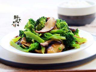 素炒香菇西兰花,虽然香菇喜油,但这道菜中用油并不多,因为蚝油的加入,弥补了油的不足,并使得这道菜滋味鲜香悠长。