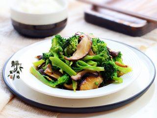 素炒香菇西兰花,这道菜极适合节后或晚餐时食用,清淡不失清香,低脂又美味。