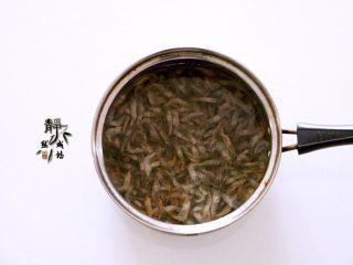 独家韭菜炒河虾,小河虾多过几遍清水洗净沥水待用。