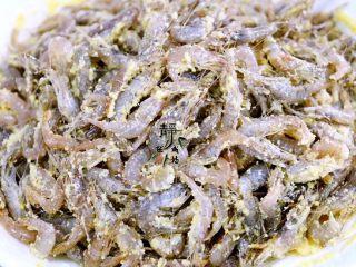 独家韭菜炒河虾,下手,充分拌匀,让小河虾均匀地周身沾上一层薄薄的玉米面。