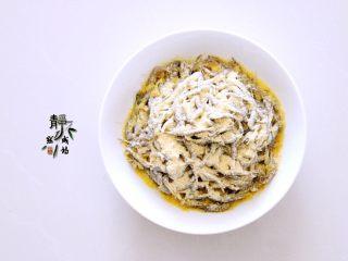 独家韭菜炒河虾,把玉米面撒到小河虾上。