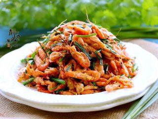 独家韭菜炒河虾,装盘享用。