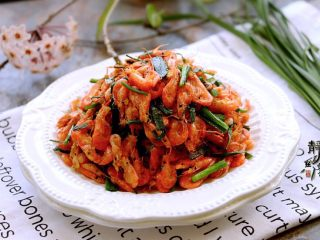 独家韭菜炒河虾,口感清香酥脆,食后唇齿留香。