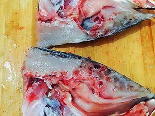 剁椒鱼头,鱼头劈开两半,清理干净后薄薄涂抹一层盐静置5分钟用冷水冲掉。正反面都涂抹一点儿味精和蚝油,静置备用。